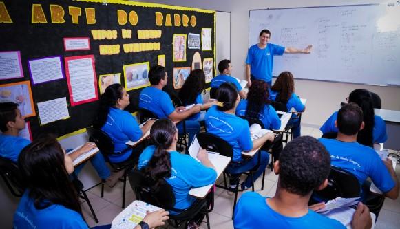 Imagem de uma sala de aula com um professor e vários alunos